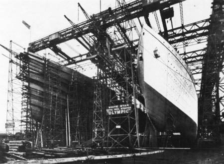 Титаник на стапели рядом с Олимпиком
