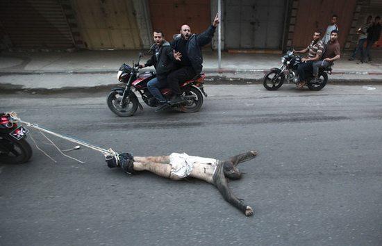 Боевики ХАМАСа волокут по улице труп палестинца, заподозренного в сотрудничестве с Израилем