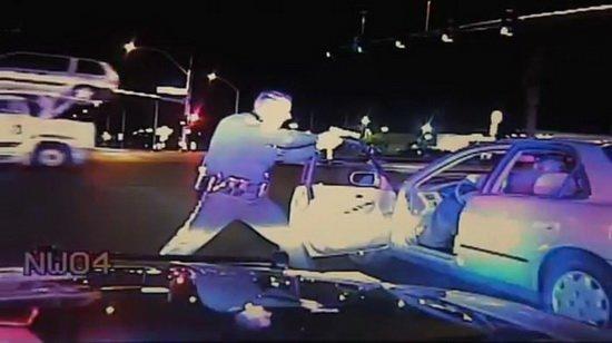 Преступник отымел полицейскую в машине фото 272-700