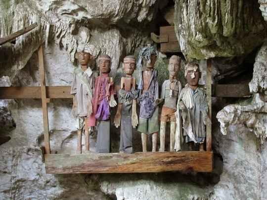 tana-toraja-burials1