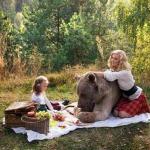 Фотосессия семьи с медведем