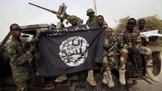 Nigerien-soldiers-hold-up-a-Boko-Haram_1