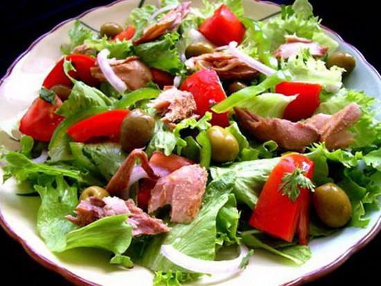 svezhiy-salat-s-tuntsom-i-pomidorami_1