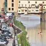 Во Флоренции под землю провалилось около 20 машин
