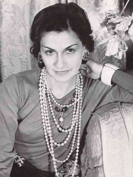 Коко Шанель — французский модельер, основавшая модный дом Chanel и оказавшая колоссальное влияние на моду XX века.