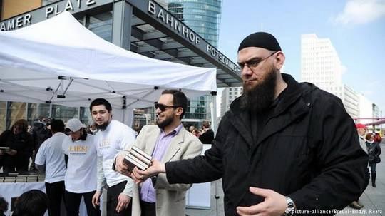 Стало известно о более 340 случаях вербовки исламистами беженцев в Германии.