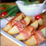 Молодой картофель, запеченный в беконе на шпажках