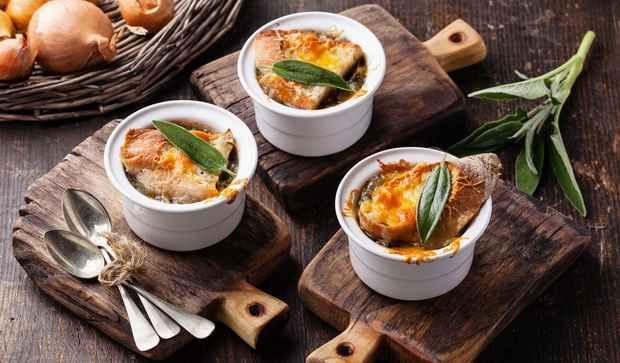 Простой луковый суп любили и аристократы, и простолюдины.