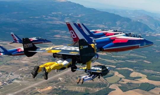 Отважные французы в течение 9 минут пролетели в едином строю с пилотажной группой французских ВВС на высоте 1200 м со скоростью 260 км/ч.