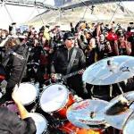 Какая музыкальная группа дала концерты на всех континентах Земли?