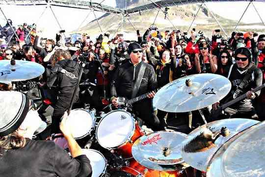Первой и пока единственной группой, давшей концерты на всех континентах, стала Metallica.