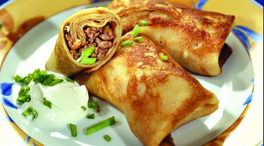 Блинчики с мясом — это домашнее блюдо состоящее из тонкого блинчика и варёного мяса прокрученного в мясорубке