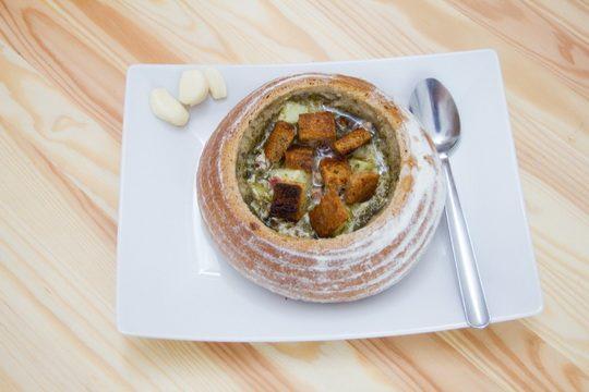Предлагаем вам приготовить национальное чешское блюдо — чесночный суп «Чеснечка» (по-чешски — Česnečka).