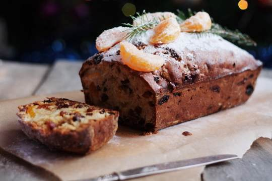 Рождественский кекс с мандаринами имеет одно неоспоримое преимущество перед традиционным рождественским кексом.