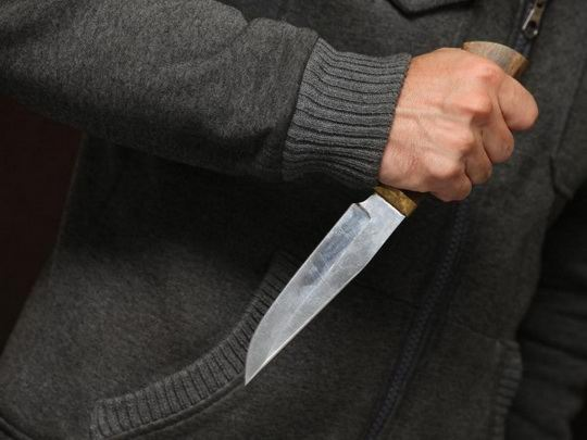В Китае злоумышленник с ножом ворвался в детский сад в городе Пинсян и травмировал холодным оружием 11 детей.