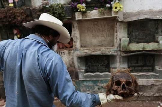 Чистильщики могил – это отнюдь не вандалы, как могло бы показаться по названию, это люди, которые наводят порядок на кладбищах в Гватемале.