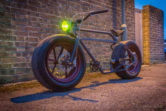 Автором этого чудо-велика является Mr-Mash, который из рамы старого BMX и автомобильных колес собрал по настоящему брутальный велосипед
