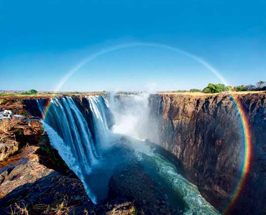 Радуга образуется в результате преломления и отражения солнечного света в крошечных водяных каплях,