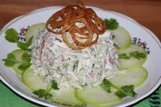 Салат с жареным луком по этому рецепту – очень сытный, простой в приготовлении