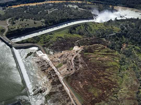 Местные власти объявили в понедельник, 13 февраля, срочную эвакуацию людей, проживающих ниже плотины Оровилл