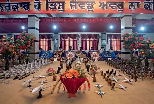 В деревне Талхан, что в индийском штате Пенджаб, есть храм Нихала Сингха, ставший местом паломничества для тех, кто хочет эмигрировать в Великобританию