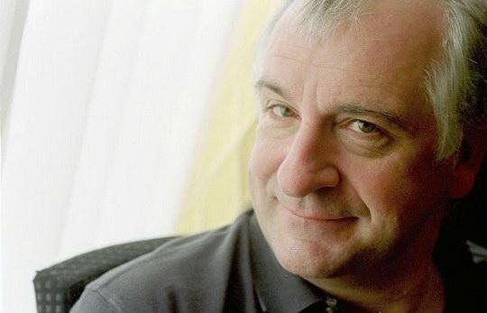 Английский писатель, драматург и сценарист, автор юмористических фантастических произведений.