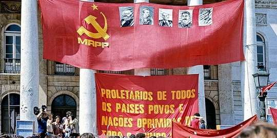 Лиссабон25 апреля 1974 через Лиссабон шагали солдаты. Простая продавщица из универмага, Селеста Сейруш, подошла к одному из них и опустила в ствол его винтовки гвоздику.