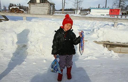 В республике Тыва 4-летняя девочка Саглана Салчак прошла 8 км по тайге, чтобы привести помощь к заимке, на которой она жила с бабушкой и дедушкой.