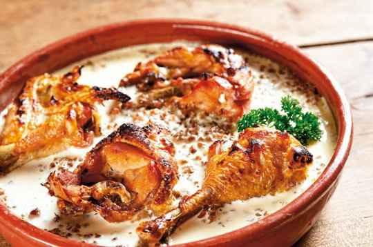 Из этого рецепта вы узнаете о необычном способе приготовления обычного блюда. Мы будем запекать гречку с курицей в духовке в сливках!