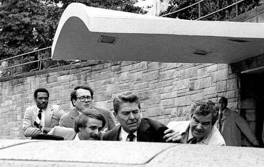 После покушения на Рональда Рейгана 30 марта 1981 года президента с пулей в лёгком доставили в больницу