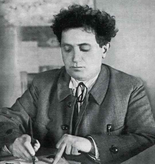 Еще одним видным участником борьбы за власть после смерти Ленина, помимо Сталина и Троцкого, был Григорий Зиновьев.