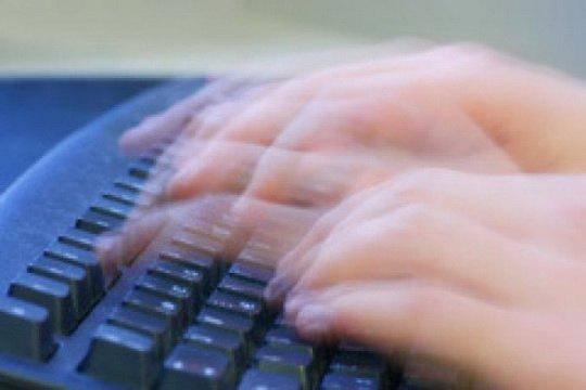 В сети ширится популярность видеоролика из США, демонстрирующего чрезвычайно быструю печать на клавиатуре сотрудника супермаркета.