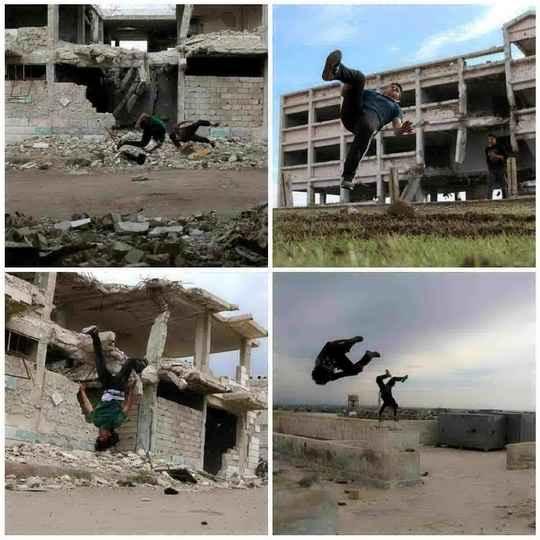 Сирийцы возрастом от 16 до 19 лет демонстрируют свои навыки паркура среди поврежденных зданий в городе Инхил
