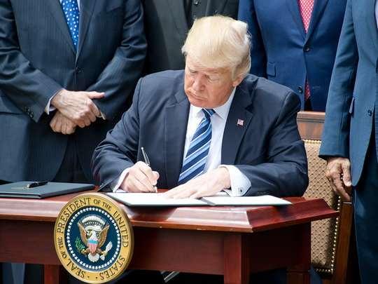 Дональд Трамп продлил на год действие санкций против правительства Сирии