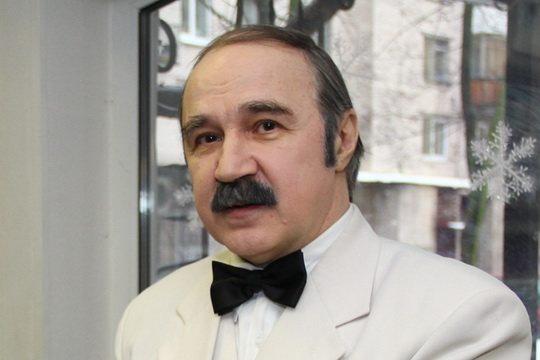Константин Семёнович Мелихан -  русский писатель, автор юмористических книг, эстрадный исполнитель собственных произведений, карикатурист, телеведущий, президент клуба джентльменов.