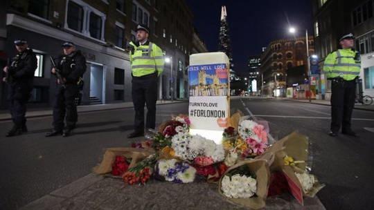 По словам полиции, нападение началось в субботу в 21:58 по британскому времени, когда белый фургон въехал на Лондонский мост с северной стороны.