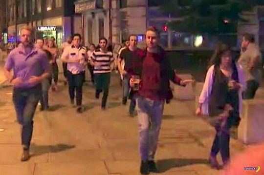 Вот этого мужчину с пинтой пива, бегущего подальше от места террористической атаки в Лондоне, уже сделали символом.
