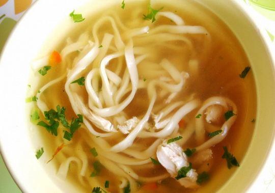 Приготовьте по этому рецепту очень вкусный вариант супа с яичной лапшой – он варится просто и быстро!
