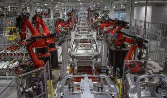 Илон Маск рекламировал свою компанию Tesla как вершину «высокоэффективного» производства.