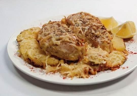 Куриные грудки, запеченные в сливках под сыром это очень вкусно просто и главное быстро делается.
