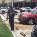 Добурились: Рабочие вместо скважины пробурили стоявший рядом внедорожник (видео)