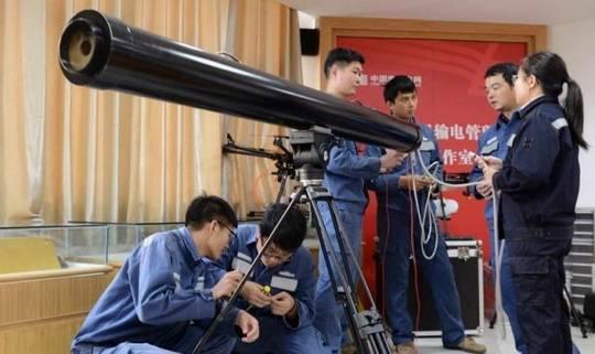 Несколько месяцев назад в одной из китайских провинций рабочие использовали коммерческий мультикоптер, чтобы снять обломки с высоковольтных проводов