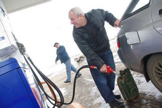 Решение дополнительно поднять акцизы на топливо принято на бюджетных совещаниях в правительстве
