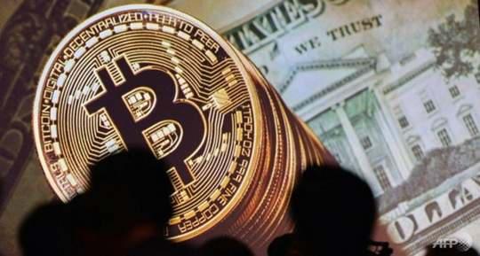 Биткоин - цифровая монета, но ее часто изображают в виде физической монеты, покрытой сетью электропроводящих цепей
