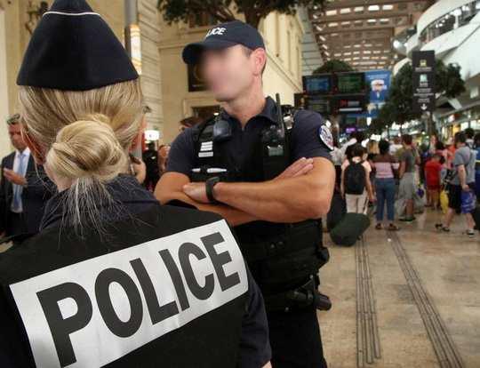 На вокзале в Марселе женщина плеснула соляной кислотой в американских туристок