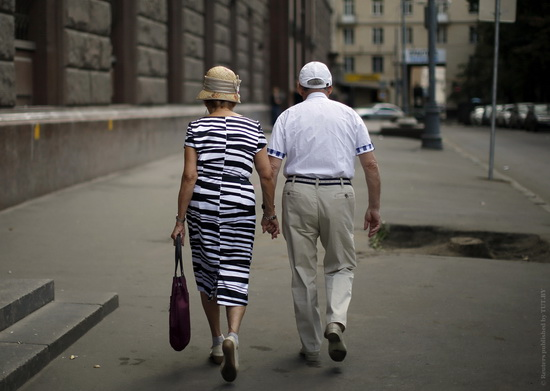 Couple walks down the street in the Tverskaya district of Moscow