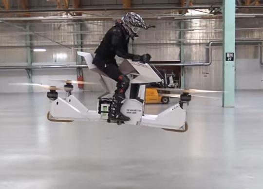 На международных гоночных соревнованиях Moscow Raceway показали российскую разработку – летающий мотоцикл HoverBike S3.