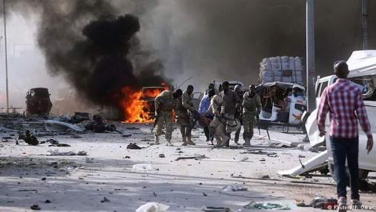 В центре Могадишо террорист-смертник подорвал начиненный взрывчаткой автомобиль.