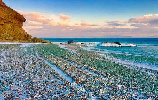 В Калифорнии у туристов очень популярен Стеклянный пляж — когда-то здесь была свалка, но с течением времени море отполировало кусочки стекла