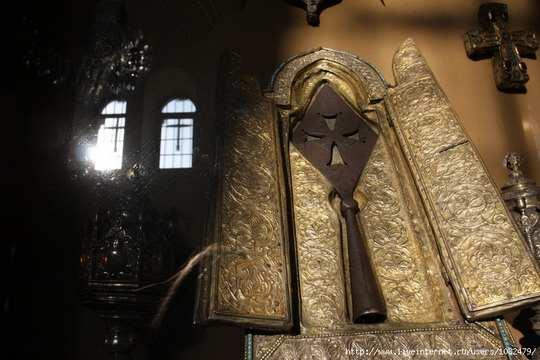 В руке центуриона было старинное копье с острым длинным наконечником больше чем пол метра в длину — как гласит придание, оно якобы было выковано древним пророком Финеесом